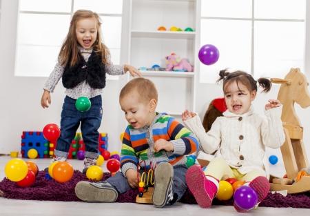 jugar: Niños jugando en la sala de Foto de archivo