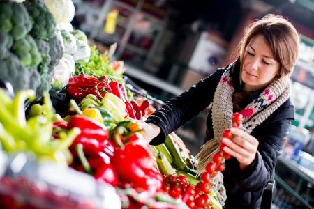 Jonge vrouw bij de markt Stockfoto