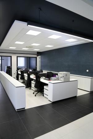 ventana abierta interior: Interior de la oficina moderna