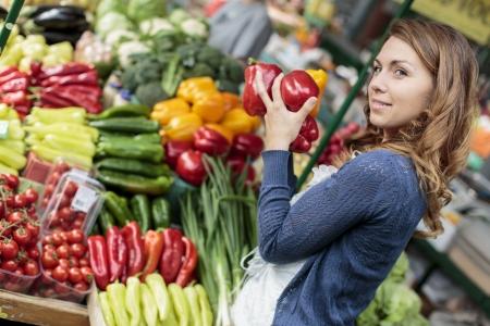 mercearia: Jovem mulher no mercado Banco de Imagens