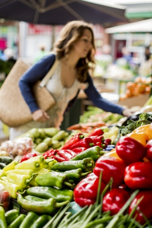 campesino: Mujer joven en el mercado