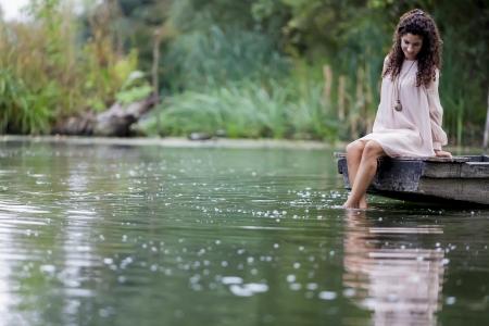 穏やかな湖の若い女性
