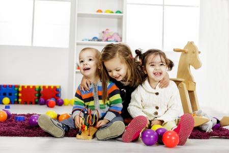 Kinderen spelen in de kamer Stockfoto