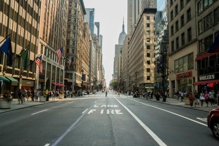 Unidentified mensen op de straat van New York op 13 juli 2008. Bij 2010 inwoners van New York City was meer dan 19 miljoen.