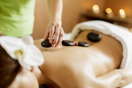 masajes relajacion: La terapia de masaje con piedras calientes