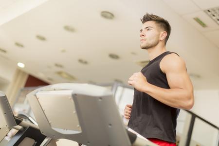 hombres corriendo: Entrenamiento del hombre joven en el gimnasio Foto de archivo