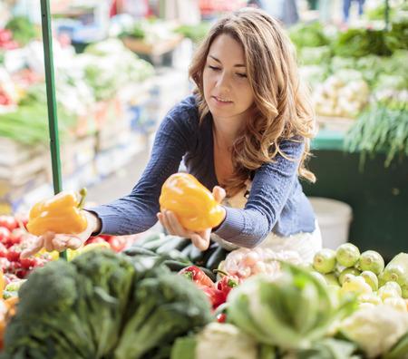 Jonge vrouw op de markt Stockfoto