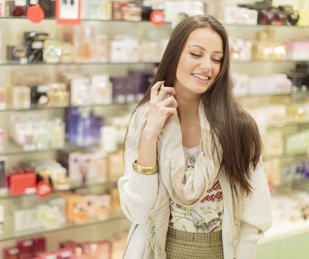 fragranza: Giovane donna in profumeria