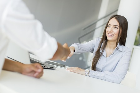 Estrechar la mano de gente de negocios