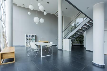 escaleras metalicas interior de la oficina moderna