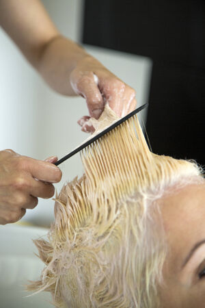 coiffeur: Young woman at hairdresser Banque d'images