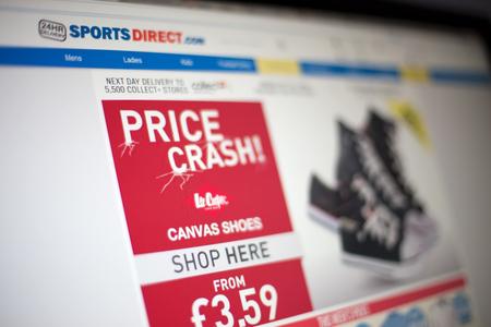sporting goods: BELGRADO, SERBIA - 25 de mayo 2014: El sitio web de Sports Direct en la pantalla del ordenador. Sports Direct es un minorista de art�culos deportivos brit�nica fundada en 1982.
