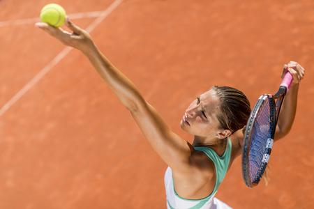 tennis racket: Mujer joven jugando al tenis Foto de archivo