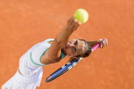 若い女性のテニス