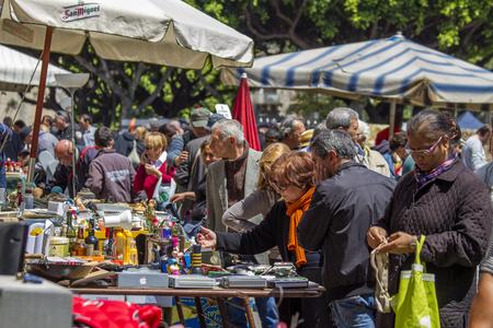CATANIA, ITALIA - 27 de abril 2014: La gente no identificada en la Feria en Catania, Italia. Feria de todos los domingos se convierte en el mercado de pulgas Editorial