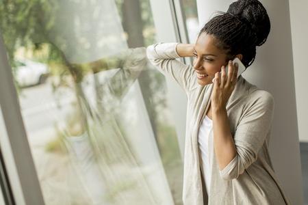 Bastante joven hablando por el teléfono