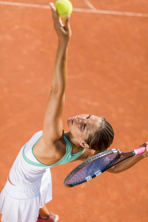 streichholz: Junge Frau spielt Tennis