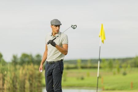 Jonge man die golf speelt