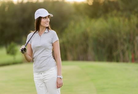 Mujer joven jugando al golf Foto de archivo
