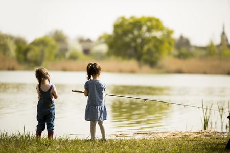 pesca: Dos ni�as que pescan