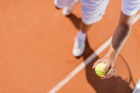 Giovane giocare a tennis