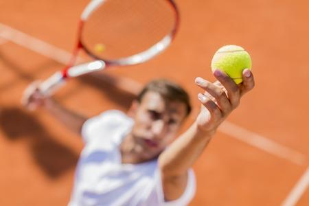 テニスをしている若い男