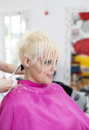 coiffeur: Jeune femme � la coiffure