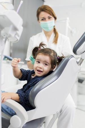 歯科検診で少女