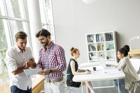 jovenes felices: Los j�venes en la oficina