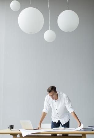 papeles oficina: Hombre joven en la oficina
