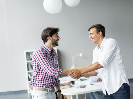 handshake: Los j�venes en la oficina