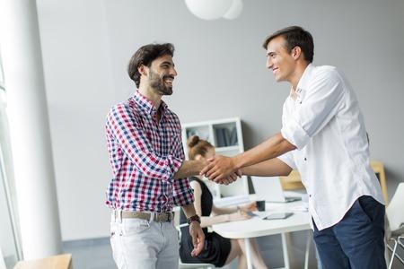 hand shake: Los jóvenes en la oficina