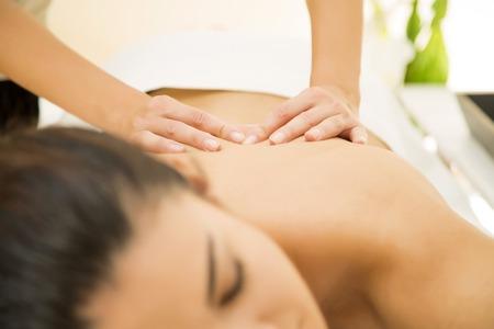 massage: Jeune femme ayant un massage