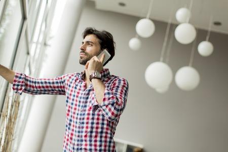 celulas humanas: Hombre joven en la oficina