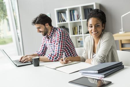 administrativo: Los jóvenes en la oficina