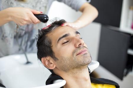 hombres jovenes: Hombre joven en la peluquer�a Foto de archivo