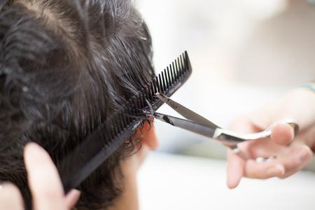 hombres trabajando: Hombre joven en la peluquer�a Foto de archivo
