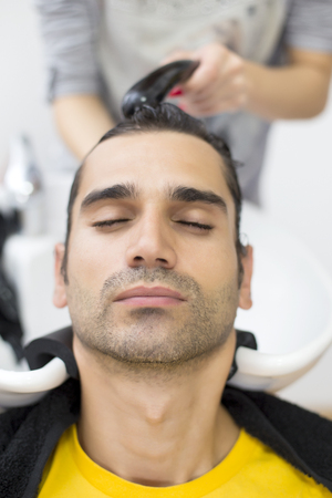 coiffeur: Jeune homme au salon de coiffure