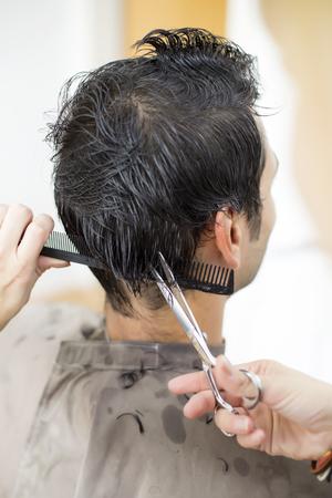 kapster: Jonge man bij de kapper
