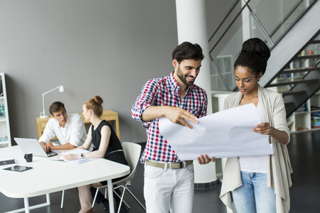 mujeres felices: Los j�venes en la oficina
