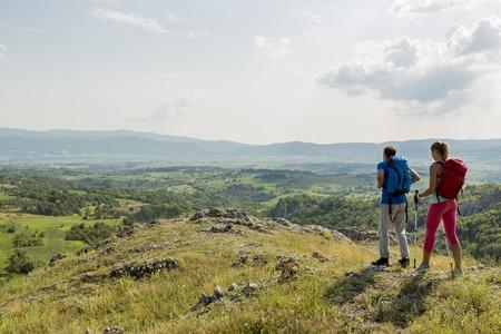 若いカップルの山ハイキング 写真素材