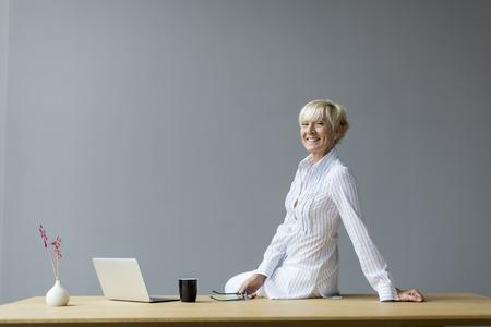 ejecutiva en oficina: Mujer que trabaja en la Oficina  Foto de archivo