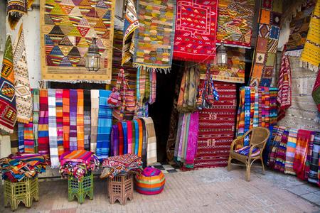 Kleurrijke stoffen op de markt Agadir in Marokko