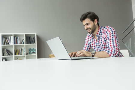 Hombre joven en la oficina