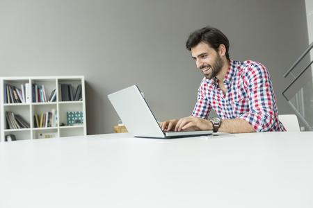 Junger Mann, der im Büro Standard-Bild