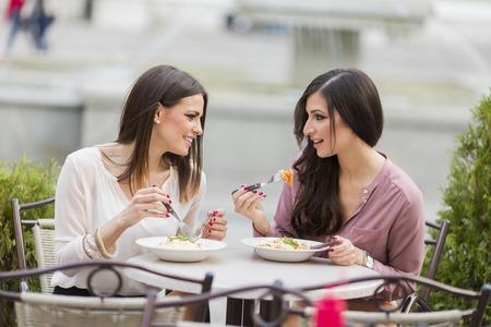 レストランで昼食を食べてかなり若い女性 写真素材