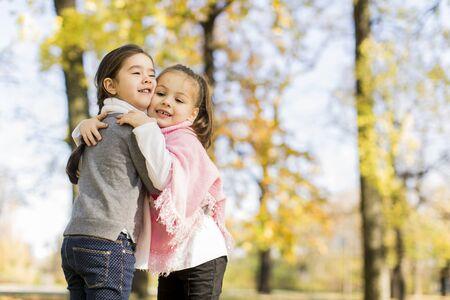 cute little girls: Ni�as lindas en el Parque de oto�o