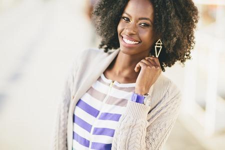 mujeres negras: Negro mujer joven en la calle