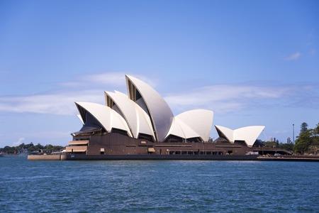 SYDNEY, AUSTRALIA - 12 febbraio 2015: Vista a Sidney Opera House di Sydney, in Australia. E 'stato progettato dall'architetto danese Jorn Utzon e inizia alle 20 Ottobre, 1973. Archivio Fotografico - 40537458