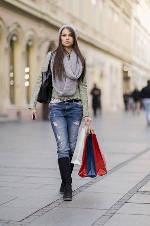 ropa casual: Mujer bonita joven en las compras